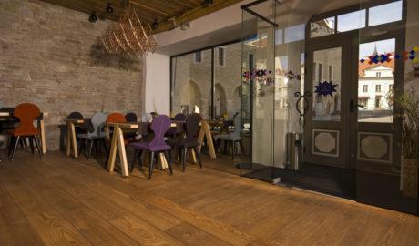 Thermo-jaseň medium modifikovaná pevná podlaha Salsa 18x190mm. Reštaurácia, Tallinn, Estónsko.