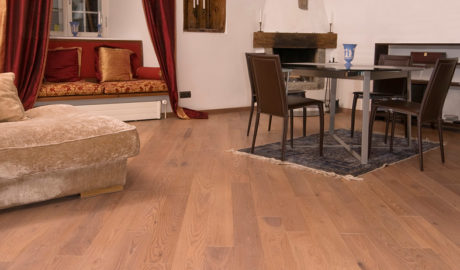 Thermo-jaseň podlahové drevo Salsa 15x130mm. Apartmán v Tallinne.